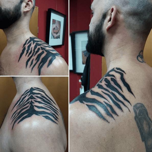 Black tiger stripes on the shoulder by @sera.hunt