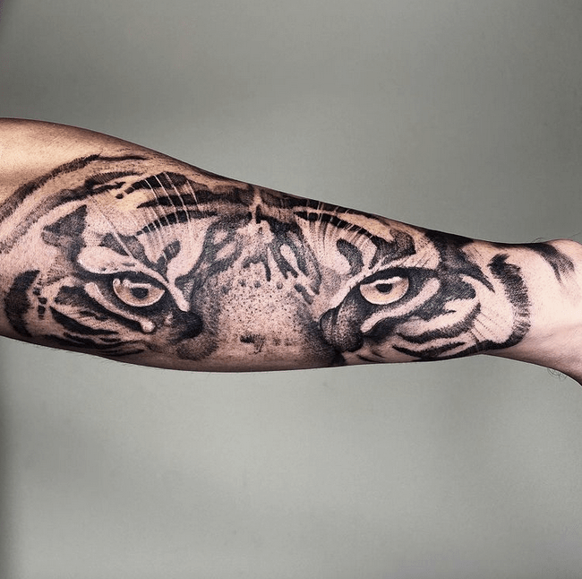 Illustrative tattooo with tiger eyes by @costellotattoos