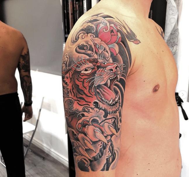 Japanese tiger tattoo on the shoulder by @eternografia