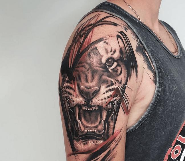 Shoulder tiger head tattoo by @monikaokinamtattoo