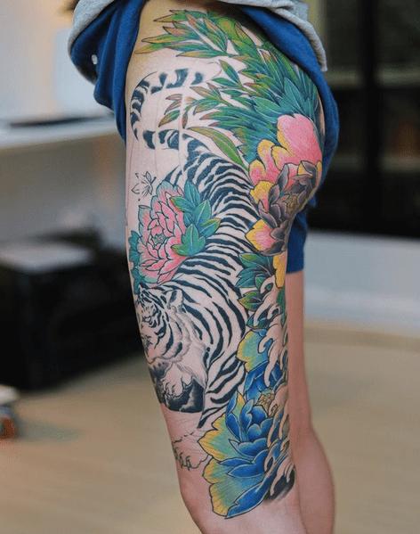 White tiger thigh sleeve by @mimptattoo.artist