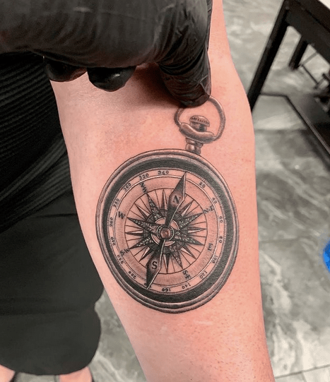 Hiperrealistic nautical compass tattoo by @artbyblur