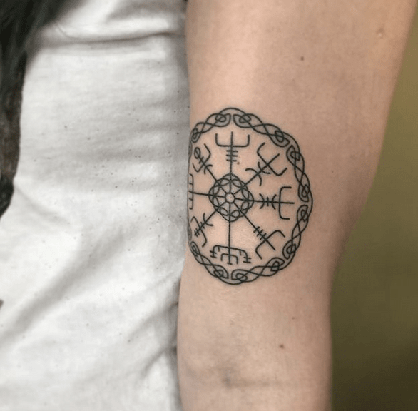 Knotted vegvisir tattoo by @goldy_handpoked