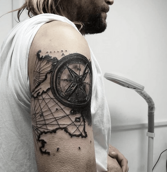 Shoulder map and compass tattoo by @kumo_one.tattoo