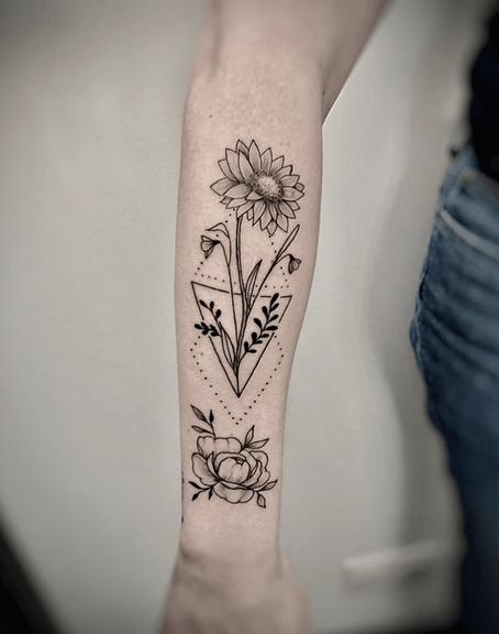 Forearm geometric sunflower by @fefe_fede_tattoo