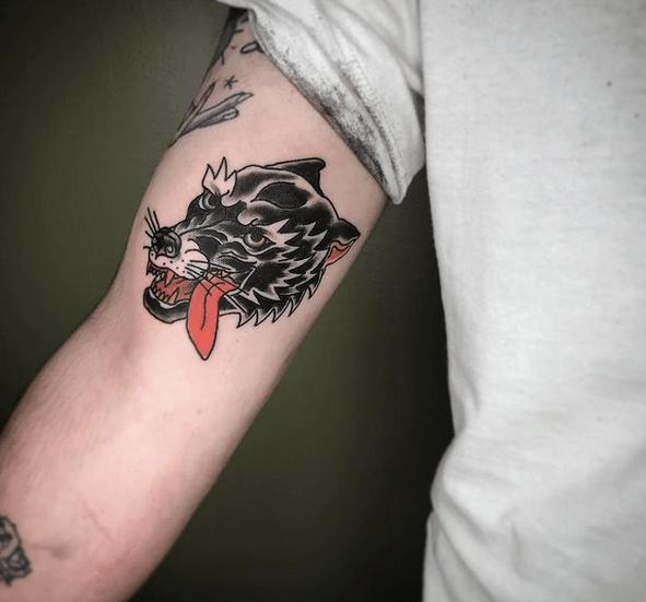 Old school wolf tattoo by @celynebegintattoos