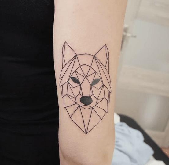 Simple geometric outline wolf tattoo by @zuczy.tusz.tattoo