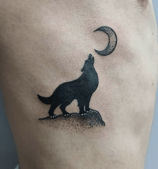 Small howling at the moon tattoo by @nachodeslizable_tattoo
