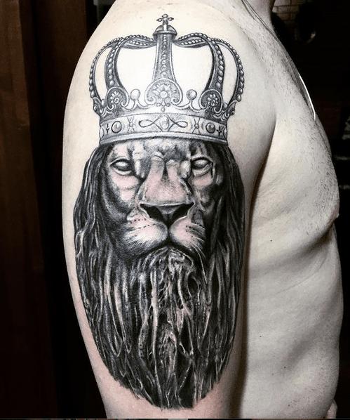 Dark Rastafari lion tattoo with a crown by @barelli_tatuador