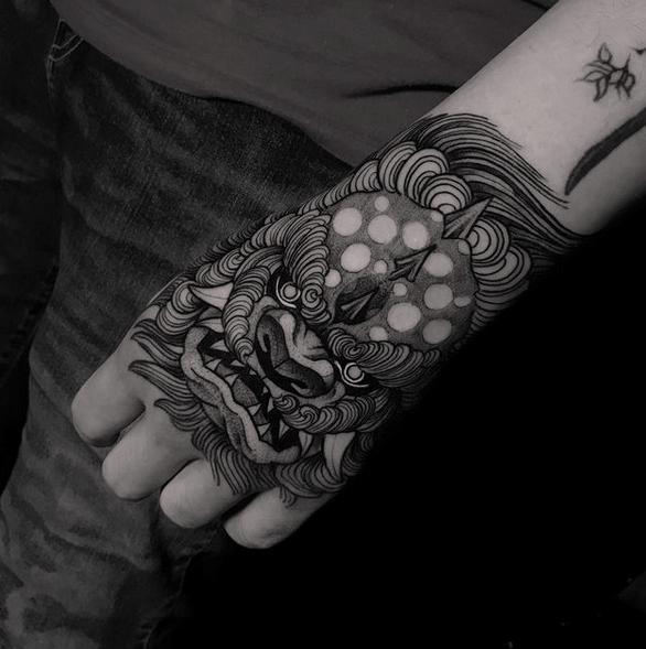 Fu lion hand tattoo by @humb.end