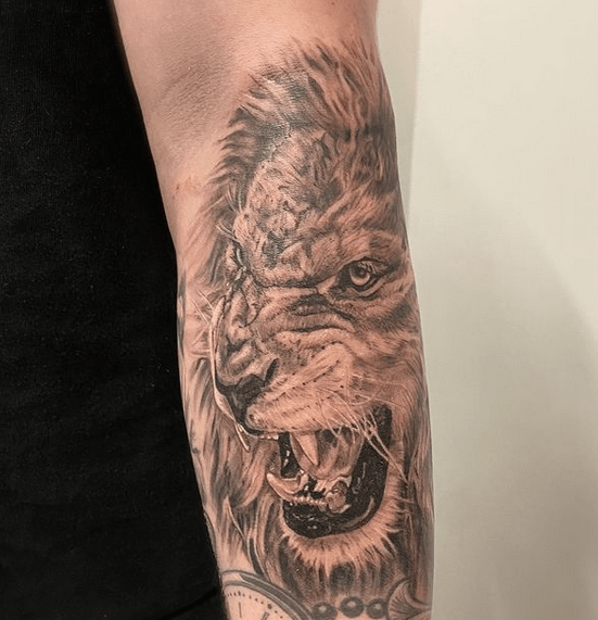 Roaring lion tattoo on the forearm by @embrodie.tattoo