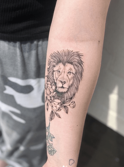 Small lion tattoo on the forearm tattoo by @bastiantattooer