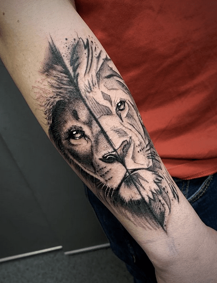 Two halves of lion head tattoo by @romkief