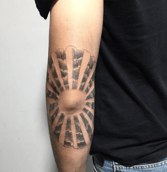 Sun rays tattoo around the knee by @the.inklab
