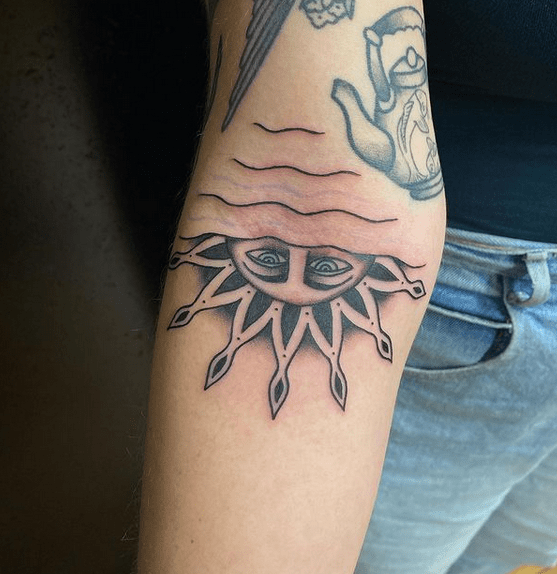 Traditional simple tattoo by @livocallaghan
