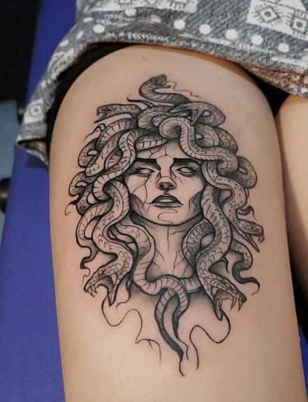 Black and white medusa thigh tattoo by @tatuajeria8_6